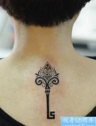 纹身520图库分享一幅颈部钥匙纹身图片