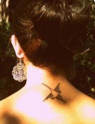 女性颈部小鸟图腾刺青