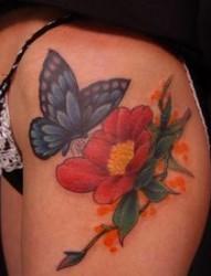 臀部纹身图片:臀部彩色蝴蝶花卉纹身图片纹身作品