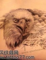 一幅臀部老鹰纹身图片