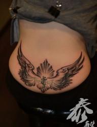 女人臀部翅膀梵文图腾纹身图片