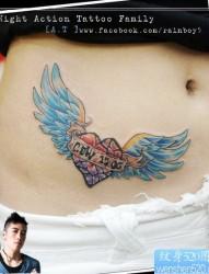 女人腹部唯美潮流的爱心翅膀纹身图片