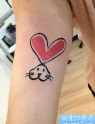 女人手臂可爱的图腾小兔子纹身图片