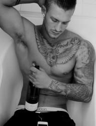 一款欧美男性时尚的纹身图案