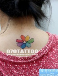 美女背部漂亮的小花卉纹身图片