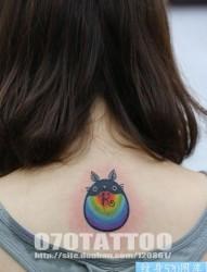 女人背部七彩龙猫纹身图片