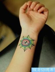 女孩子手腕处眼睛纹身图片