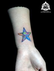 女人手腕处炫丽的彩色五角星纹身图片