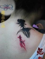 女人背部小巧流行的水墨鱼纹身图片