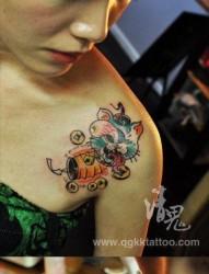 女人肩膀处可爱潮流的猫咪纹身图片