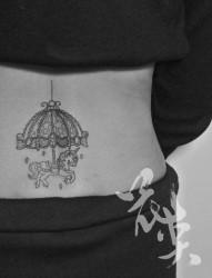 美女腰部唯美流行的旋转木马纹身图片