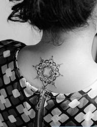 女人后背漂亮时尚的小梵花纹身图片