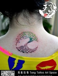 女人颈部时尚精美的图腾小树纹身图片