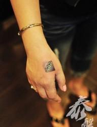 女人手部虎口彩色钻石纹身图片