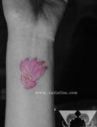 女人手腕小巧时尚的粉色莲花纹身图片