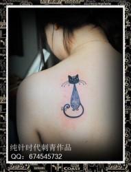 女人肩背小巧精美的图腾猫咪纹身图片