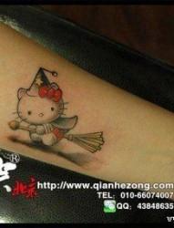 女人手臂可爱的小猫咪纹身图片