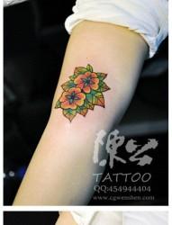 女人手臂小巧时尚的花卉纹身图片