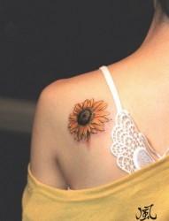 女人肩背漂亮的太阳花纹身图片