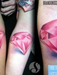 精美潮流的一幅粉色钻石纹身图片