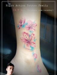 女人腿部漂亮好看的彩色小花卉纹身图片
