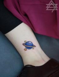 妹子脚踝上一幅潮流星球纹身图片