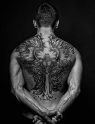 男士背部满背的天使纹身图案
