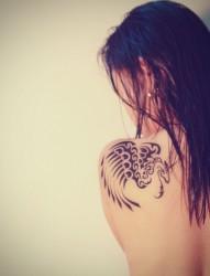 肩部唯美的翅膀图腾纹身