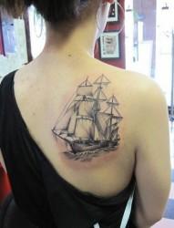 背部扬帆远航的大船纹身
