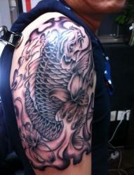 男士大臂上一款帅气的鲤鱼纹身