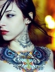 女人胸前熊头、颈部玫瑰刺青