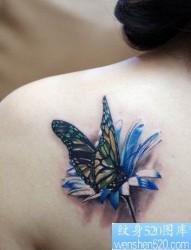 520纹身推荐一幅肩背蝴蝶花纹身图片