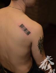肩部个性条形码纹身图片