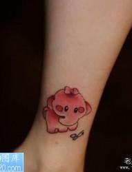 一幅卡通彩色小象纹身作品