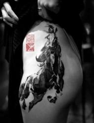 女人臀部诱人的奔马纹身作品