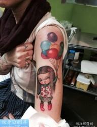一幅手臂彩色纹身作品