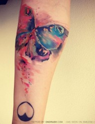 手臂上漂亮的水墨蝴蝶纹身