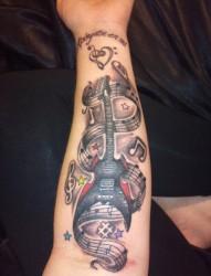 手臂上有个性的吉他音符纹身