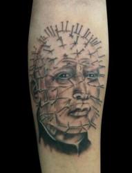 扎满大头钉的肖像纹身