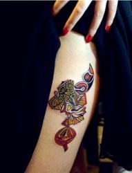 女性腿部彩色图腾刺青