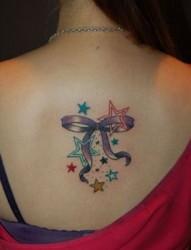 女孩后背蝴蝶结和小星星纹身图案