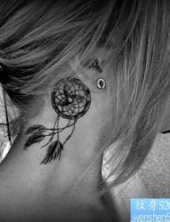 一款女性脖子捕梦网纹身图案