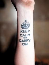 女性手臂皇冠英文刺青