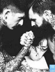 一款男人黑白花臂纹身图案