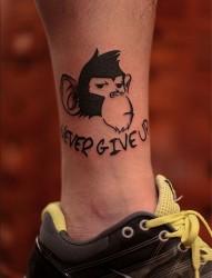 脚踝猴子字母纹身图案