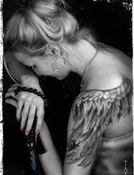 一款女性手臂翅膀纹身图案