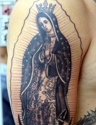 男人手臂上一款带皇冠的女人纹身