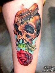 一款腿部骷髅玫瑰纹身图案
