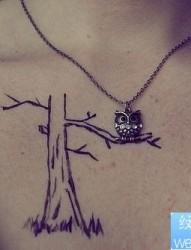小清新女性胸部树纹身图案