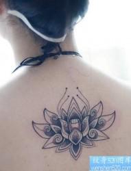 女性背部莲花纹身图案